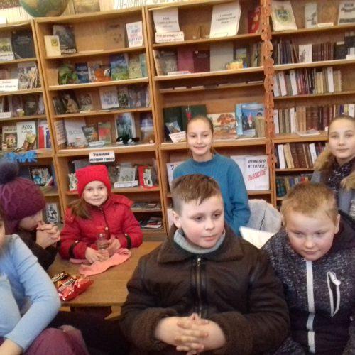 3 Kinder aus Lwowskoje in der Bibliothek2